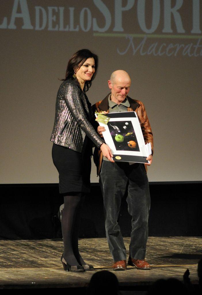 Stefania Monteverde premia Ulderico Lambertucci (Premio Etica Sportiva)