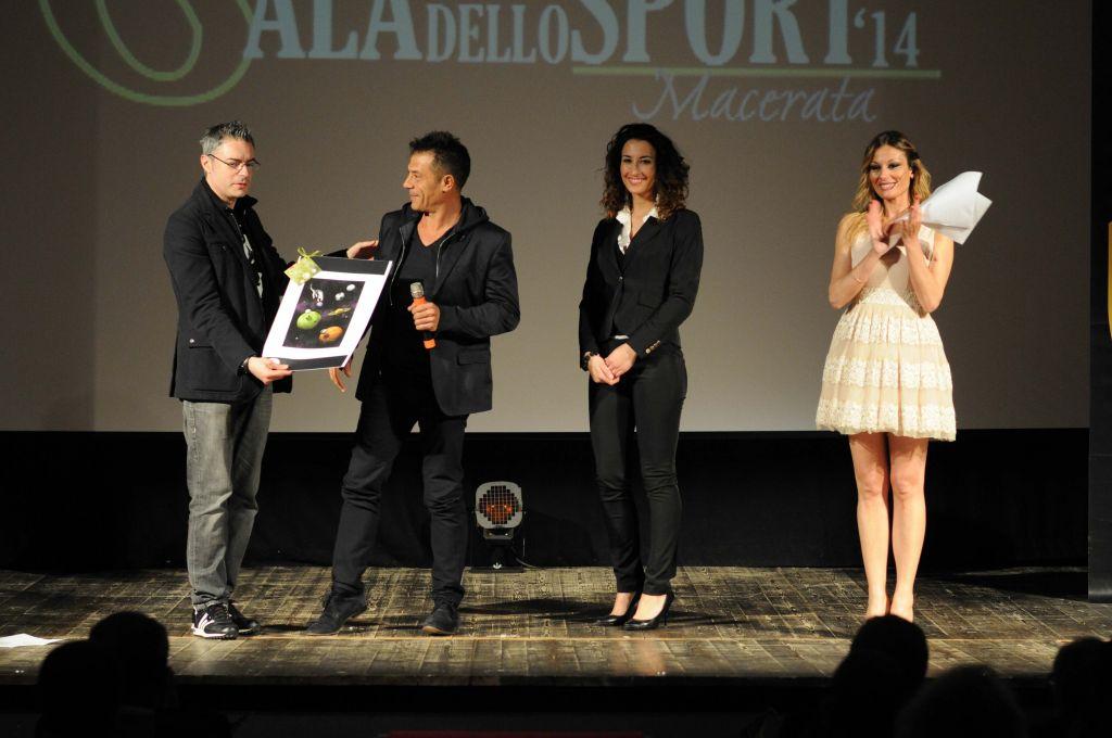 Valentino Paciaroni premia Marco Serafini (Miglior Dirigente)