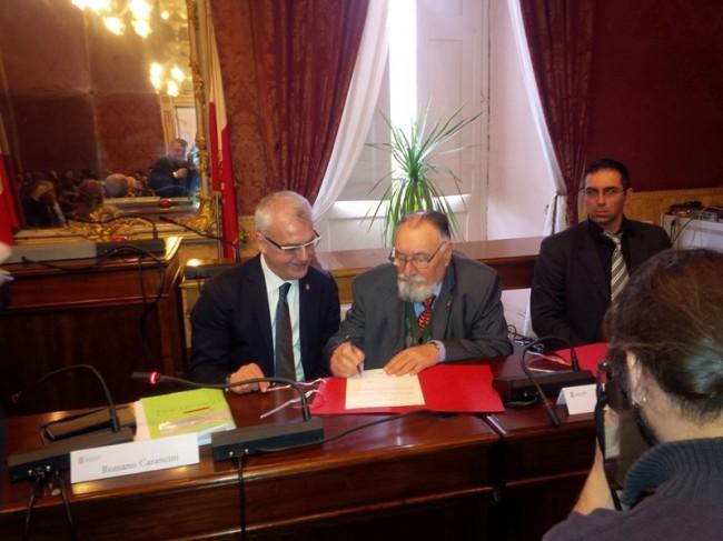 Carancini durante la firma del contratto per l'orologio