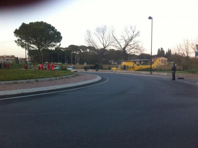 Il luogo dell'incidente e l'eliambulanza che ha trasportato il ferito all'ospedale di Torrette ad Ancona