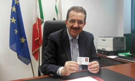 Regioni: il presidente del Consiglio Marche Solazzi mostra il badge che dovrebbe diventare cartellino marcatempo