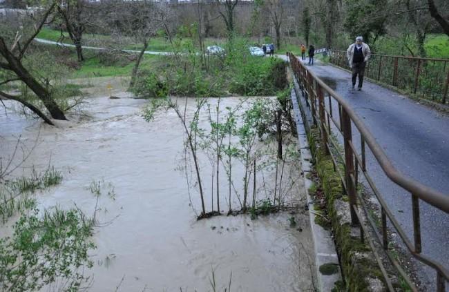 Il torrente Fiastra esondato tra Passo Colmurano e Loro Piceno