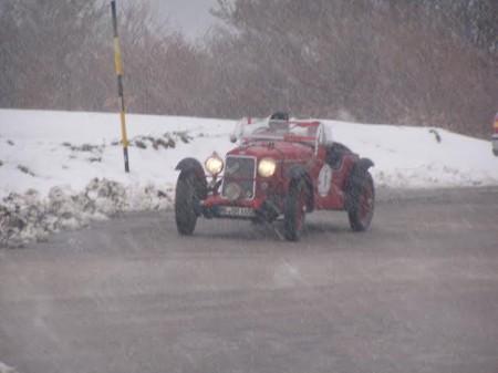 Il passaggio della corsa nel tratto montano Castel Sant'Angelo sul Nera - Castelluccio di Norcia del  7 maggio 2004 dove la neve la fece da padrona