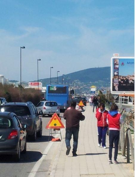 La protesta lungo viale Scarfiotti