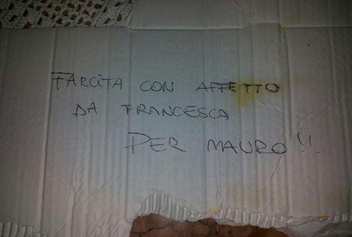 Un gesto simpatico: la scritta lasciata da Francesca sul cartone di una pizza consegnata ad un amico