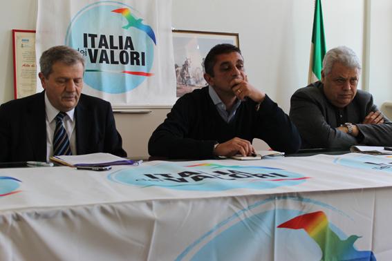 Da sinistra il coordinatore provinciale Idv Giuliano Meschini, Paolo Rachiglia capogruppo Idv in consiglio comunale e Ennio Coltrinari coordinatore regionale