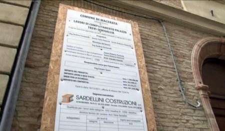 La facciata con il cartello dei lavori in corso di Palazzo Trevi Senigallia