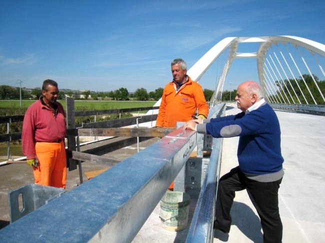 Il presidente della Provincia, Antonio Pettinari, in visita al ponte in costruzione a Villa Potenza