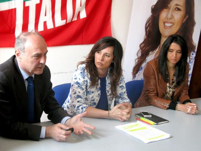 Da sinistra: Remigio Ceroni, coordinatore regionale di FI, Barbara Cacciolari, candidata al Parlamento Europeo e la coordinatrice provinciale del partito, Lorena Polidori