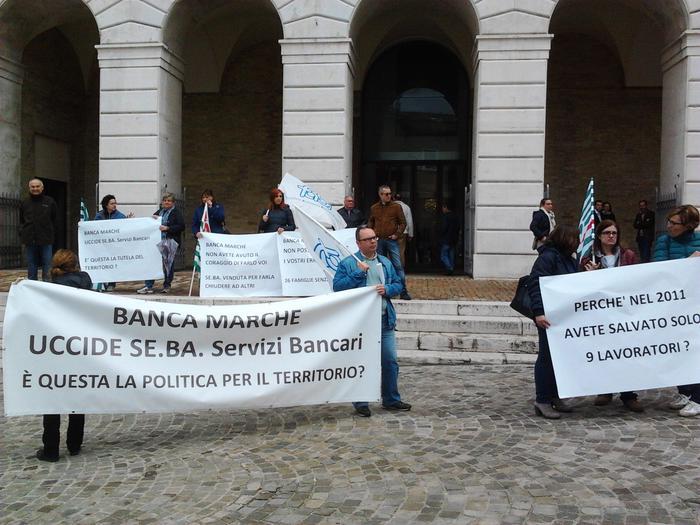 I dipendenti della Banca e sindacati con striscioni davanti al Teatro delle Muse