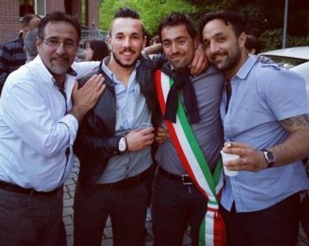 Alessandro Gentilucci, con la fascia tricolore, festeggiato dopo l'elezione