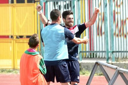 Ambrosini festeggia il gol del vantaggio dei biancorossi