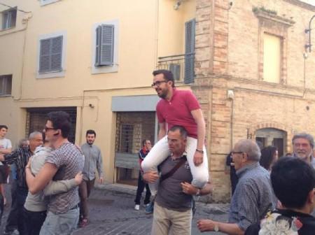 Andrea Gentili portato in trionfo dopo la vittoria