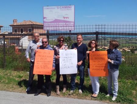 Attivisti e candidati di Città Futura espongono cartelli contro la cementificazione a Semprini di Potenza Picena