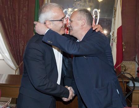 L'abbraccio tra il sindaco Romano Carancini e il patron della Lube Fabio Giulianelli