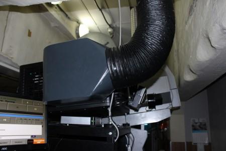 In primo piano, di colore nero, il nuovo proiettore digitale. Dietro, di colore grigio, quello per i film in pellicola