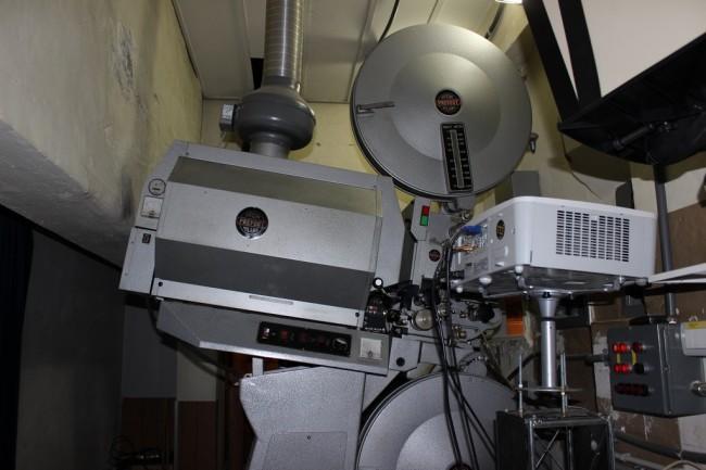 Il vecchio proiettore utilizzato per i film in pellicola: risale agli anni '70