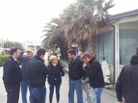 Rosalba Ubaldi si intrattiene con la famiglia Mancini: da sinistra un agente, il titolare Gianfranco, Marco e Massimo che accende la sigaretta