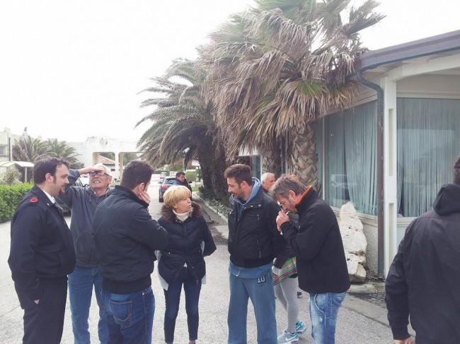 Il sindaco Ubaldi si intrattiene con la famiglia Mancini: da sinistra un agente, il titolare Gianfranco, Marco e Massimo che accende la sigaretta