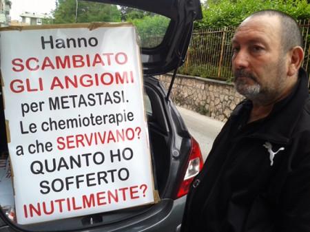 La protesta di Emilio Moretti davanti all'ospedale