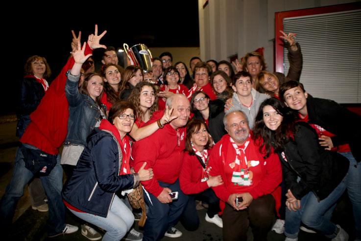 Foto di gruppo per i tifosi biancorossi con la coppa