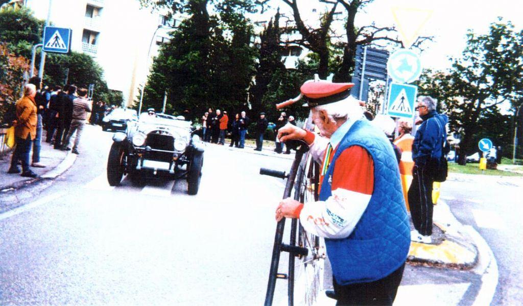 Franco Prato con il biciclo alla Mille miglia