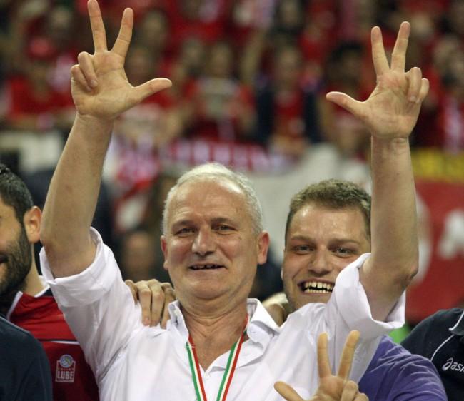 Tutta la gioia del patron della Lube Fabio Giulianelli per la conquista del terzo Scudetto