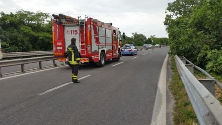 I vigili del fuoco intervenuti sul luogo dell'incidente