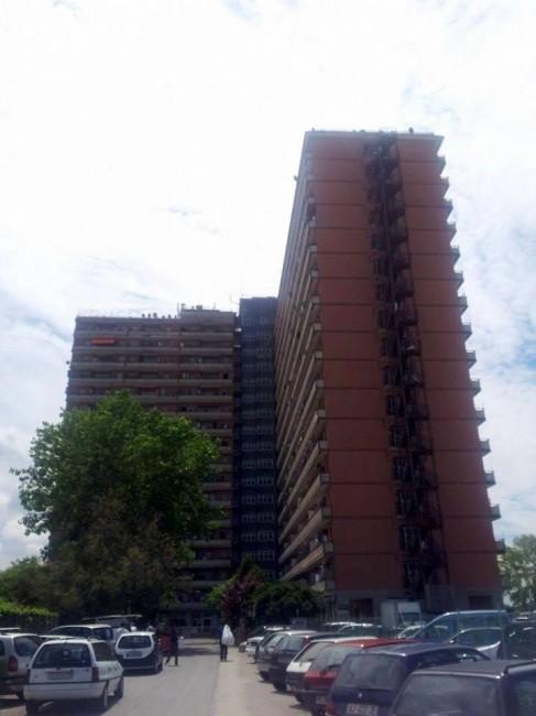 L'Hotel House questa mattina. Servono 10 mila euro per scongiurare il rischio di restare senza luce condominiale e senz'acqua del rubinetto