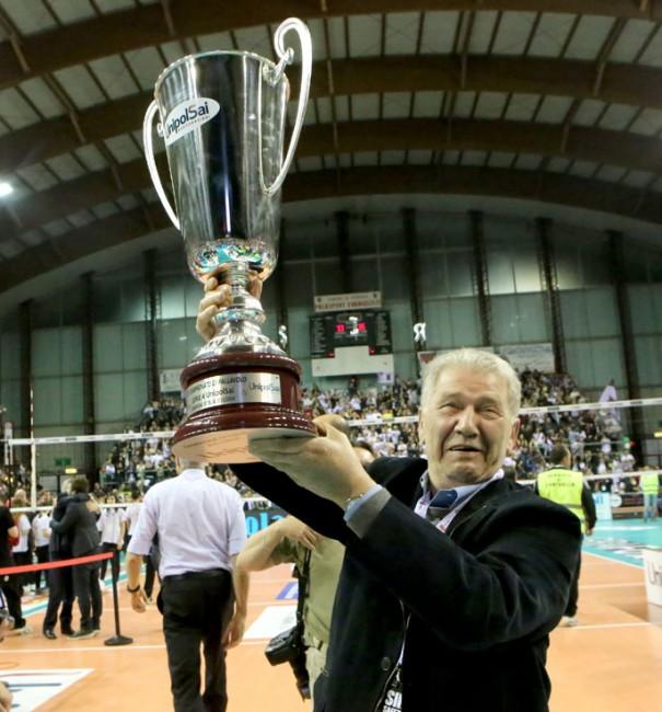 Luciano Sileoni alza la coppa