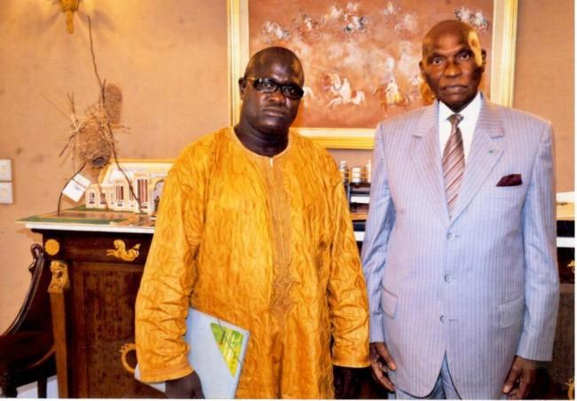 Mustafa-Diop-con-Abdulaye-Wade-leader-del-Senegalese-Democratic-Party-di-matrice-liberale-e-presidente-del-Senegal-dal-2000-al-2012.-650x452