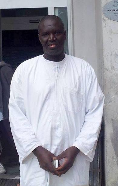 Sidi Diop, 50 anni, è metalmeccanico e vive all'Hotel House con la moglie e 4 figli. Anche lui milita in Guy Ghi, e aiuta Mustafa nel suo lavoro intenso e pericoloso