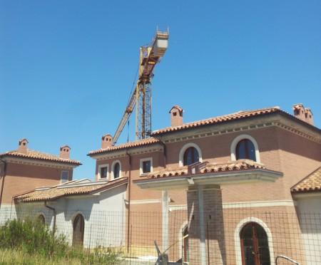 Una gru ferma nel cantiere del gruppo La Fortezza Srl, a Semprini