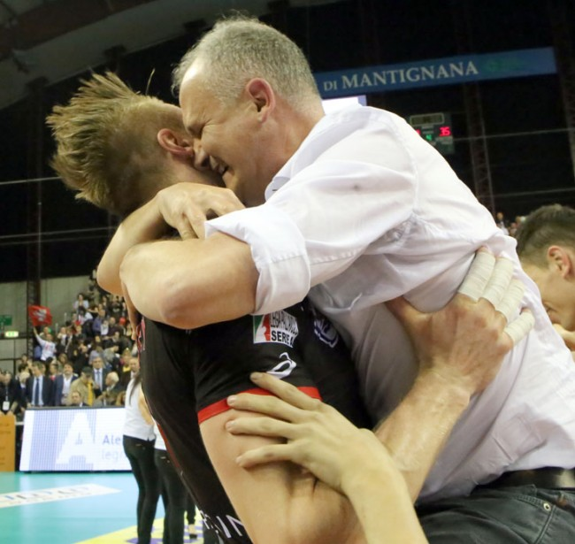 Ivan Zaytsev abbraccia Fabio Giulianelli dopo aver conquistato lo Scudetto