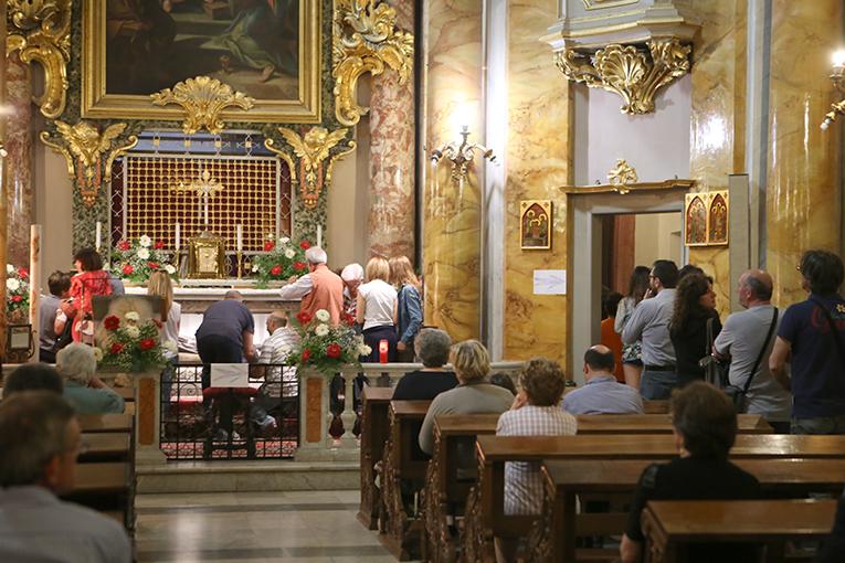 Fedeli all'interno della chiesa (foto di Guido Picchio, vietata la riproduzione)