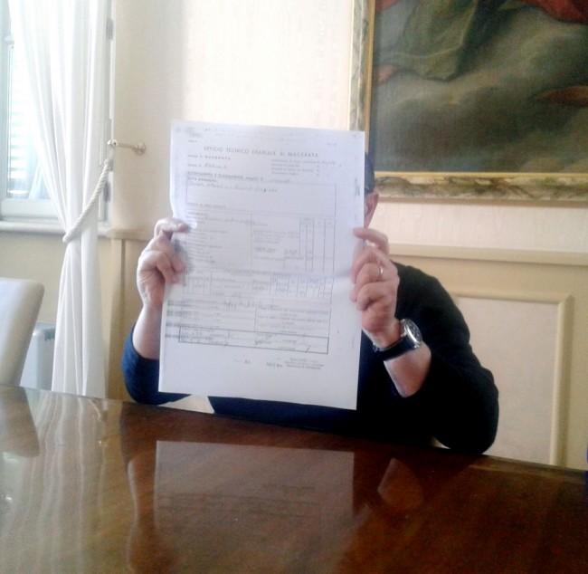 Il sindaco Tommaso Corvatta mentre mostra dei documenti sull'accatastamento del suo ambulatorio
