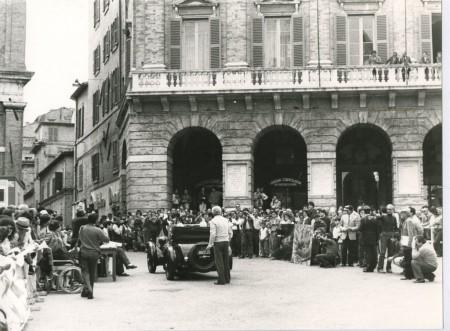 Un'immagine della Mille Miglia che il 2 maggio 1986 fece tappa a Macerata