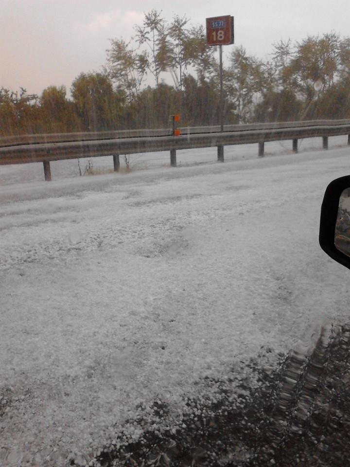 L'immagine inviata da un lettore della grandine in superstrada