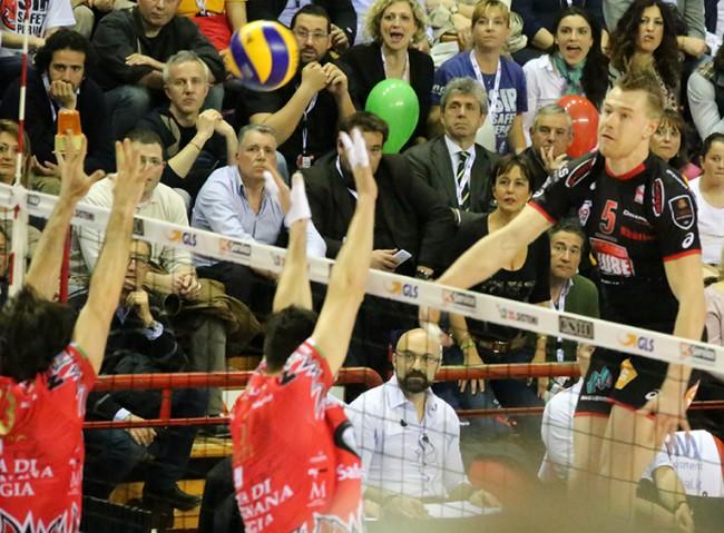 Un attacco di Ivan Zaytsev nella finale Scudetto