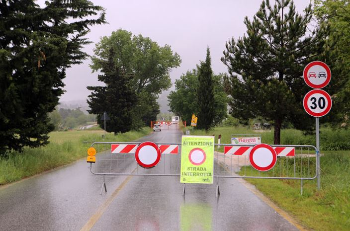La strada consorziale rimasta chiusa a Colbuccaro