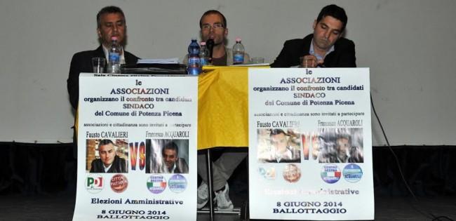 I due candidati e il moderatore dell'incontro Nico Coppari