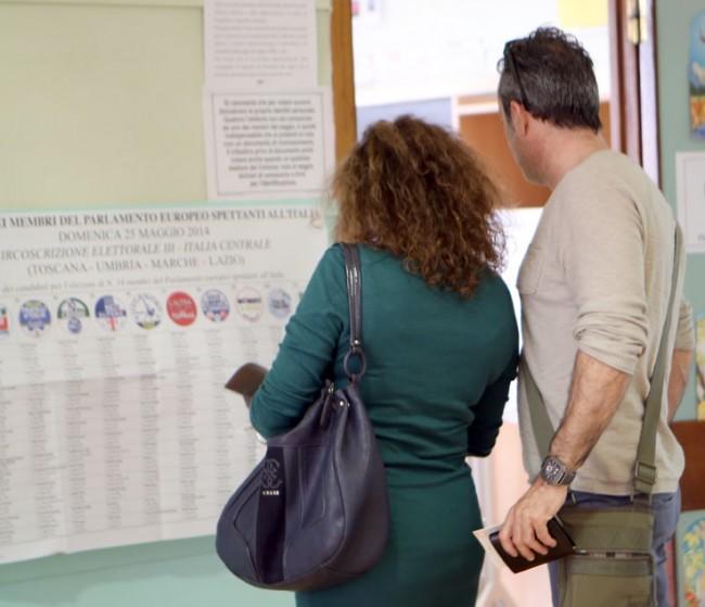 Elettori indecisi questa mattina in un seggio a Macerata