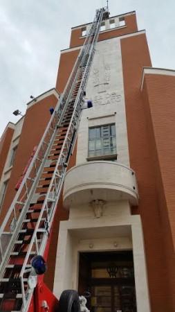 I vigili del fuoco in azione al palazzo del mutilato