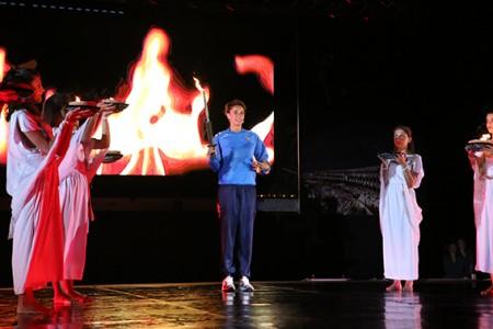Elisa Di Francisca con la fiaccola olimpica