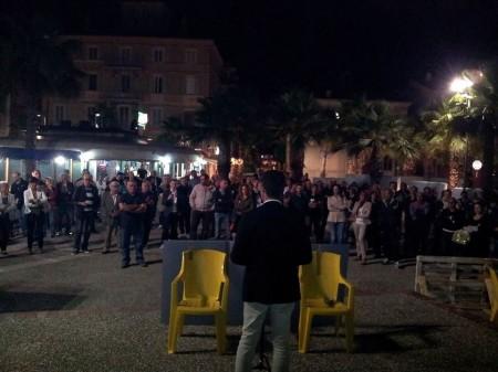 Circa 200 persone hanno assistito al discorso di chiusura della campagna elettorale di Acquaroli