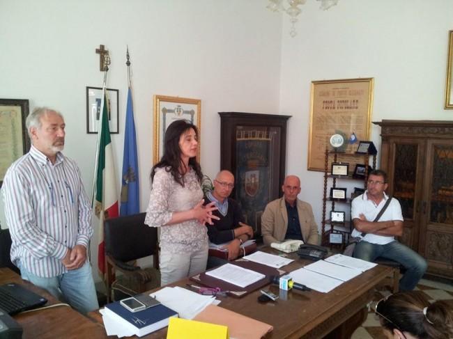 In-conferenza-stampa-la-sindaco-Montali-è-col-consigliere-delegato-alla-Difesa-della-costa-Giuliano-Paccamiccio-e-i-tecnici-comunali-e-regionali.