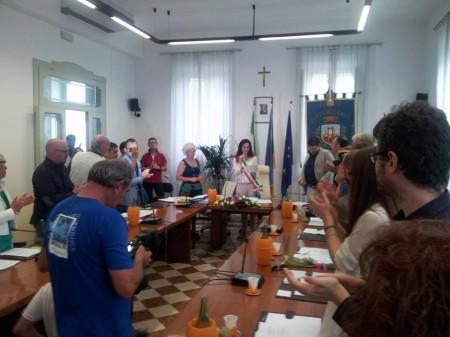 La Montali legge il giuramento ai valori della Costituzione e riceve gli applausi di tutto il Consiglio