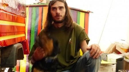 """Matteo Meschini, il suo cane Greta e sullo sfondo """"L'Apecolor"""""""