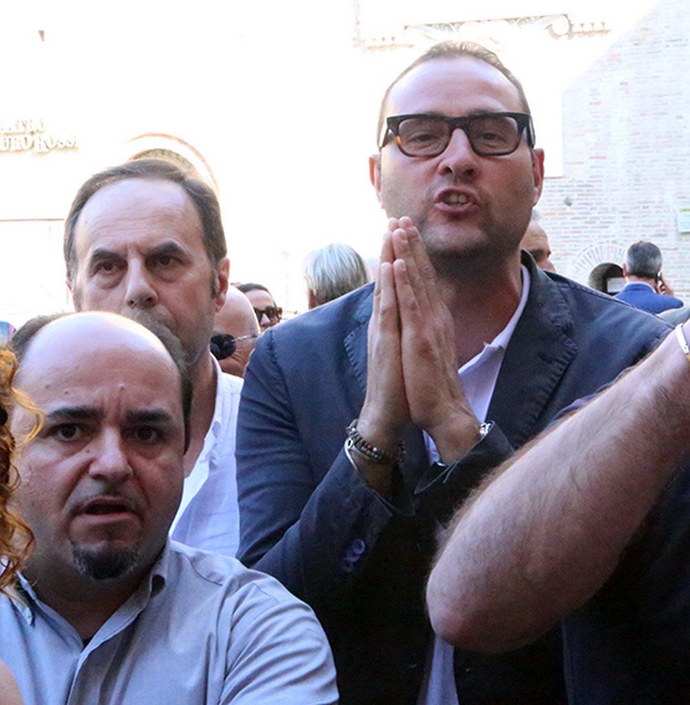 Riccardo Pietroni durante la protesta dei commercianti in piazza