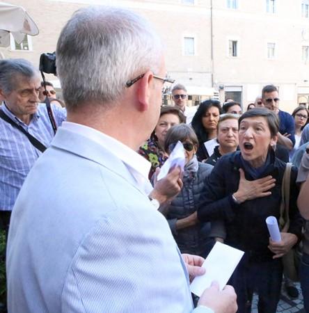 Il sindaco Romano Carancini e i commercianti